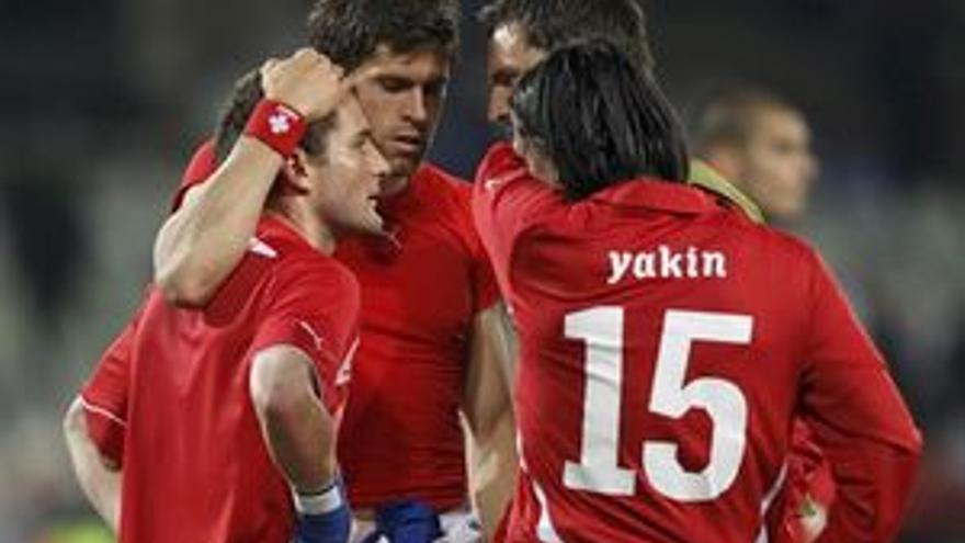 Los jugadores suizos se lamentan de la eliminación al final del partido.