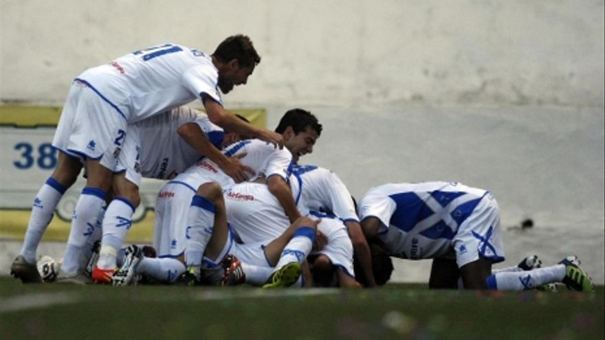 Los jugadores del Tenerife celebran el tanto conseguido en Badalona (ACFI PRESS).
