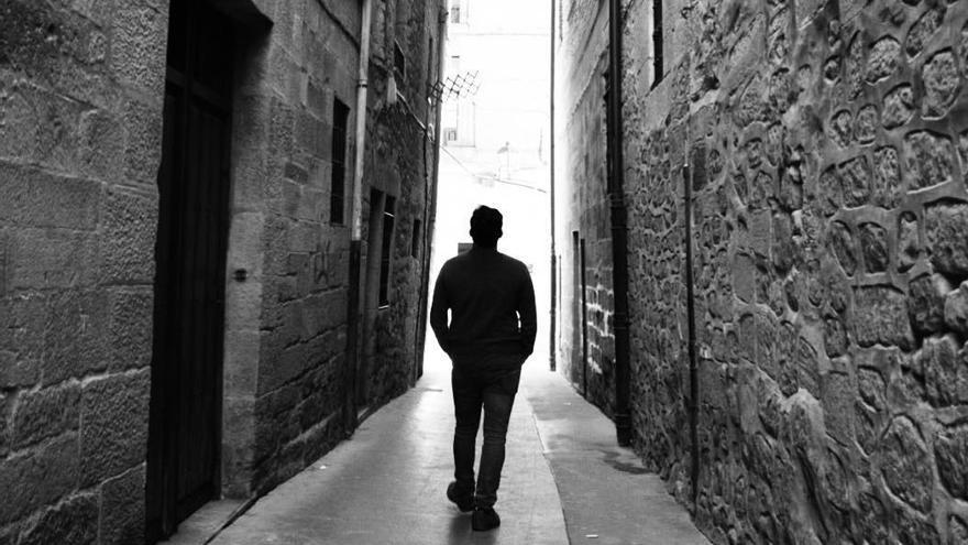 Un hombre camina de espaldas. FOTO: Marina B.