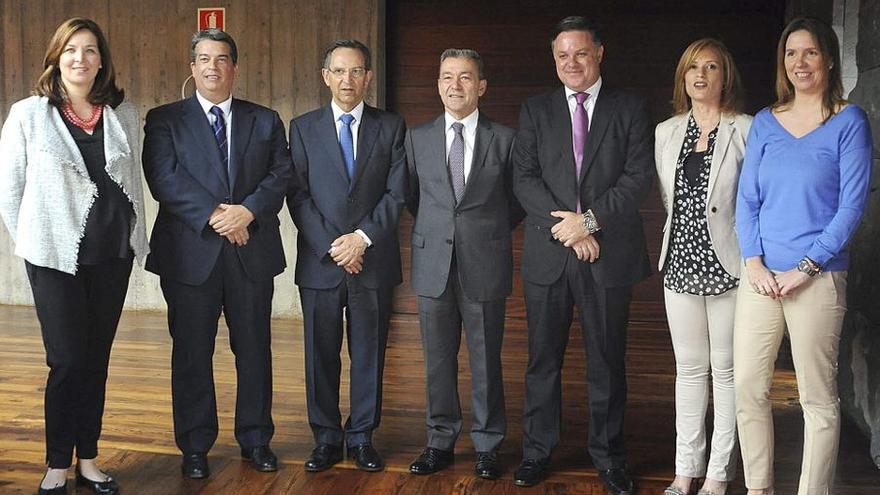 Los presidentes del Gobierno regional, Paulino Rivero (c), y del Parlamento autonómico, Antonio Castro (3i), posan con los consejeros de la Radiotelevisión Canaria, tras su toma de posesión. (EFE/Cristóbal García)