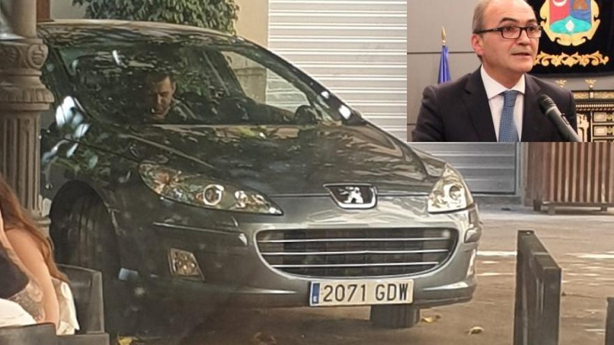 El conductor del coche esperando al alcalde (en la foto pequeña) dentro del vehículo en la plaza peatonal