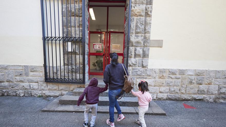 Archivo - Una madre lleva a sus hijos al Colegio Público Víctor Pradera en el primer día de colegio del curso escolar 2020-2021en Pamplona, Navarra (España), a 4 de septiembre de 2020
