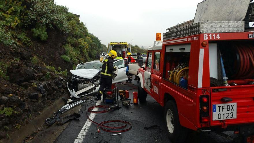 E·n la imagen, uno de los vehículos accidentados en La Grama. Foto: BOMBEROS LA PALMA