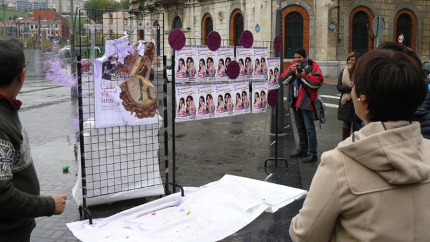 Sindicalistas de CCOO lanzan globos de pintura contra la portada de 'Cásate y sé sumisa'. /G. A.