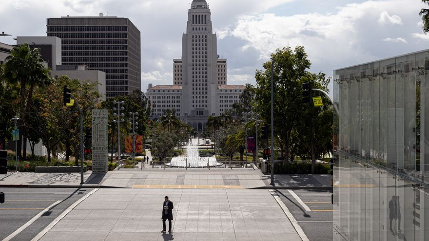 La Gran Avenida, frente al Ayuntamiento de Los Ángeles (EEUU), vacía horas antes de que se anunciara el confinamiento en todo el estado de California