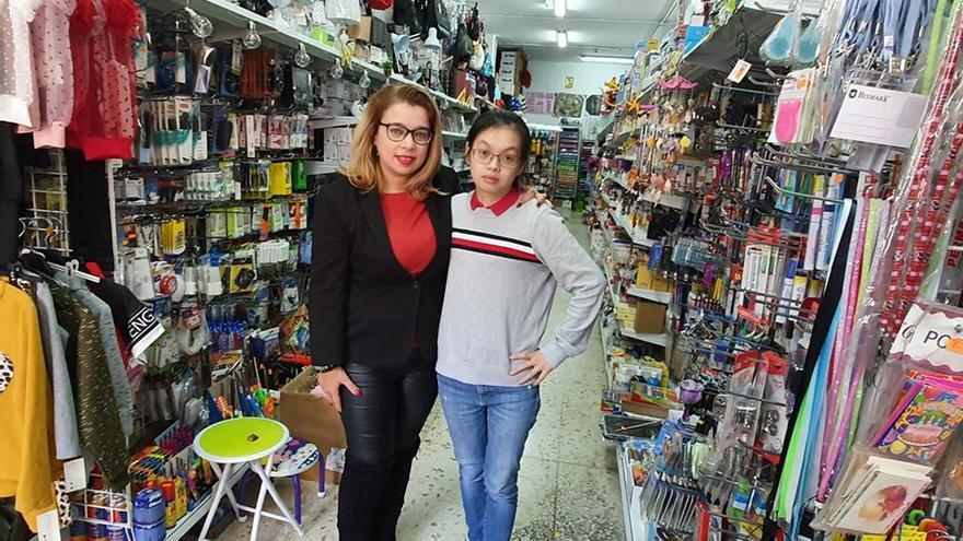 Yurena Delgado junto a la dueña del establecimiento en el que trabaja. Fotografía de Norchi.