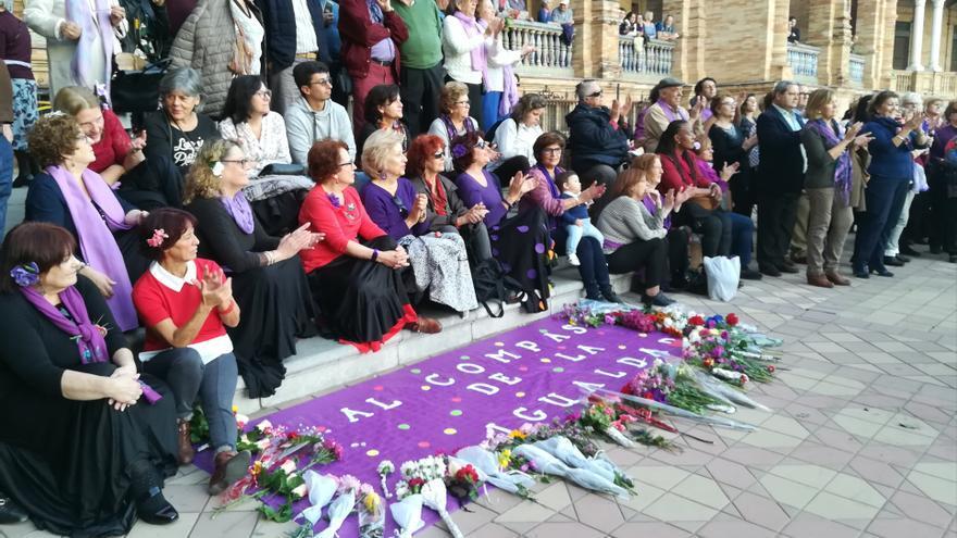 25N Bailando al compás de la igualdad en la Plaza de España (Sevilla)