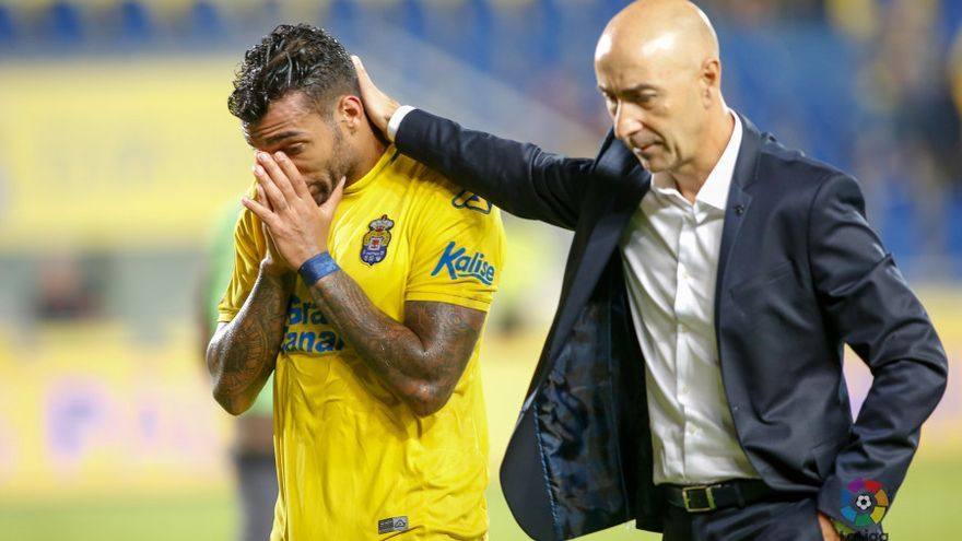 Michel Macedo y Pako Ayestarán tras el partido entre la UD Las Palmas y el Deportivo de La Coruña.