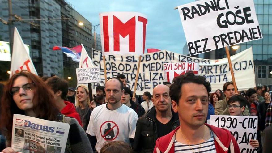 Miles de personas en la octava jornada de protestas contra Vucic en Belgrado