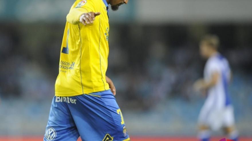 Kevin Prince-Boateng abandona el terreno de juego en Anoeta tras su expulsión ante la Real Sociedad.