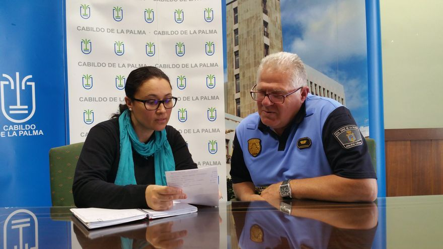 Carmen Brito y Eduardo Pérez se han reunido este miércoles en el CECOPIN. Foto: LUZ RODRÍGUEZ