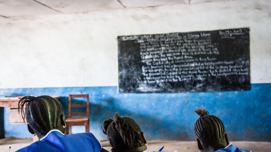 Estudiantes de Sierra Leona en un aula en septiembre de 2013.   Foto: Willian Vest-Lillesoe (Amnistía Internacional).