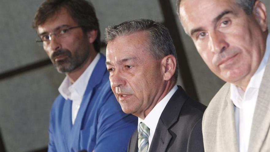 El presidente del Gobierno de Canarias, Paulino Rivero, y los presidentes de los cabildos de Fuerteventura, Mario Cabrera, y de Lanzarote, Pedro San Ginés. (EFE)