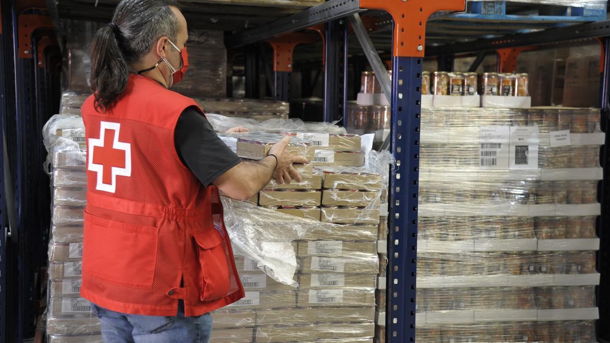 Entrega de alimentos por parte de Cruz Roja en Canarias