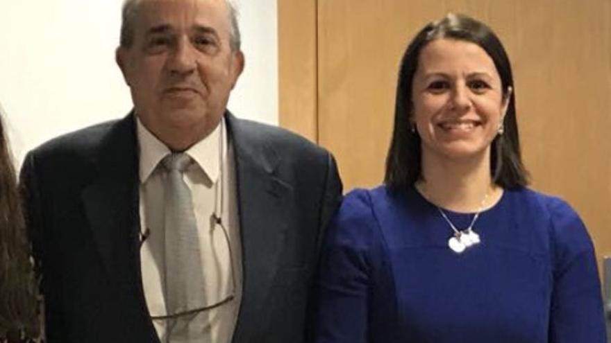 Enrique Álvarez Conde, director del Instituto de Derecho Público con la profesora Alicia López de los Mozos.