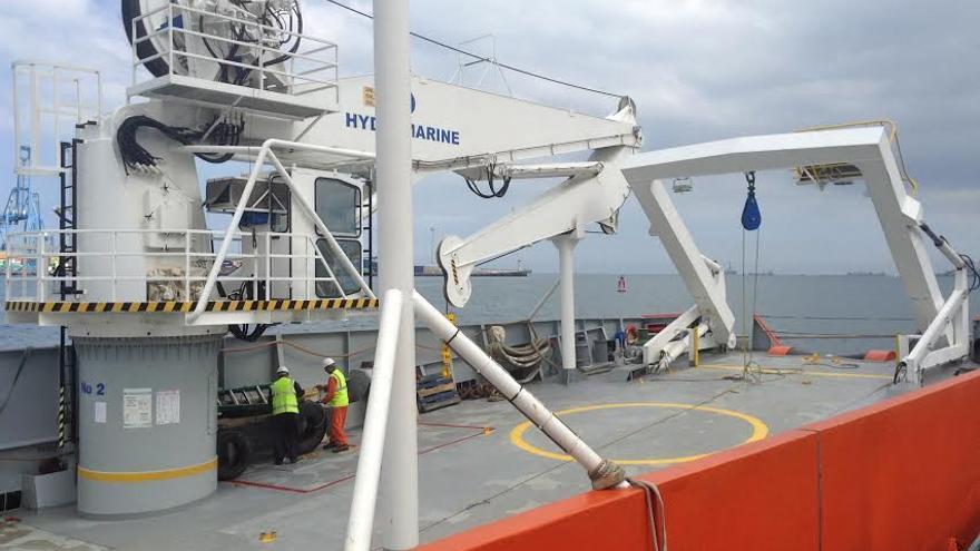 EDT Ares de Phoenix Internacional, contratado por Defensa para sacar el helicóptero del fondo del mar un mes después del accidente.
