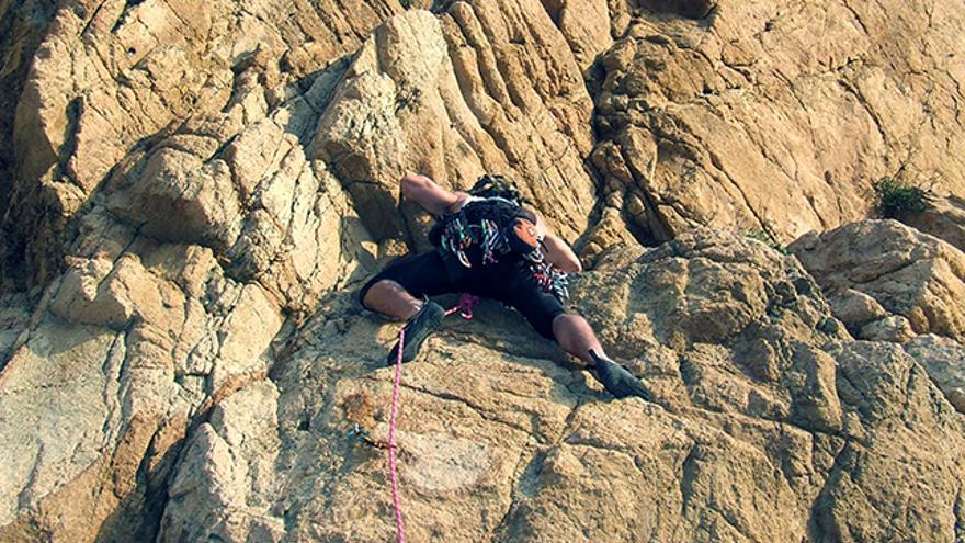 Escalador que controla con el pie la cuerda para no tropezar con ella en caso de caída y terminar golpeándose la espalda o cabeza. Si se diese una caída, ésta se produciría hacia la derecha del escalador.