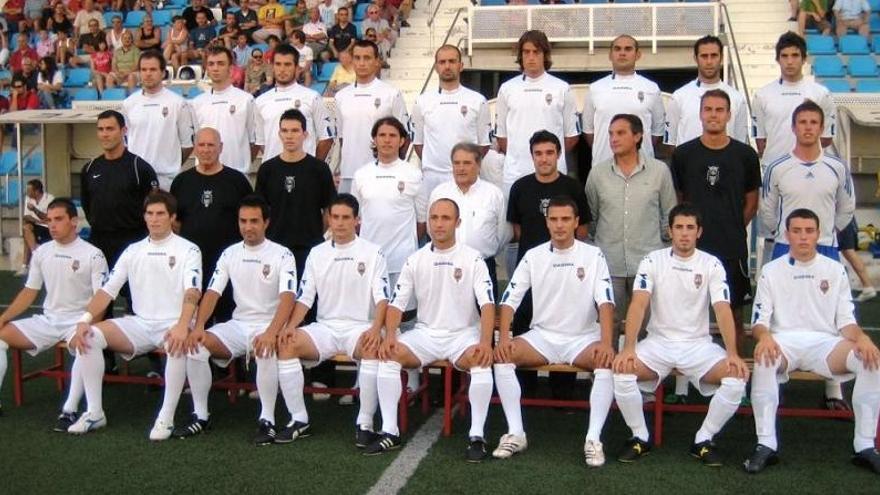 Imagen del CD Olímpic con Alfonso Rus en el centro, y junto a Mullor como jugador