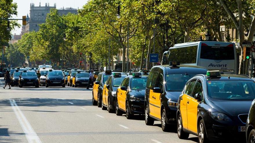 Aparecen 18 taxis de Barcelona con los cristales rotos
