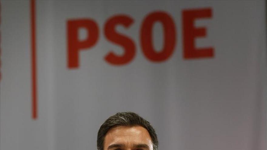 """Sánchez, """"contrariado"""" con Rajoy, le exige que no tome decisiones militares"""