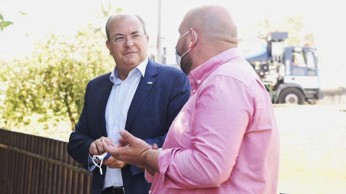 El presidente del PP, José Antonio Monago, junto al candidato a la presidencia del PP provincial de Badajoz, Manuel Naharro