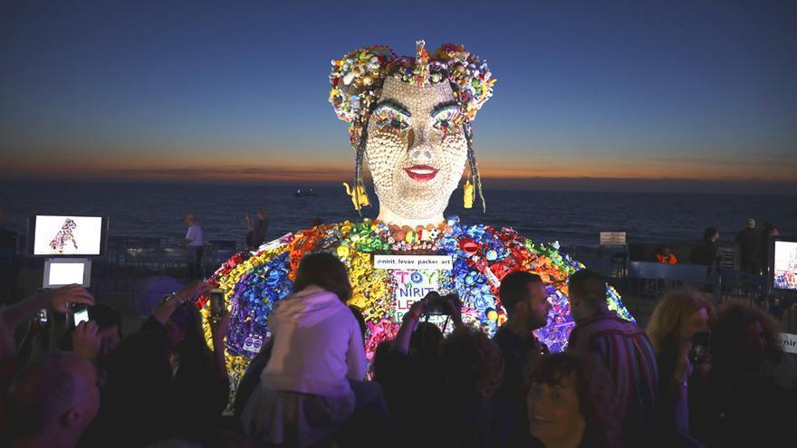 Personas alrededor de la estatua de Netta, ganadora de Eurovisión 2018, en Israel