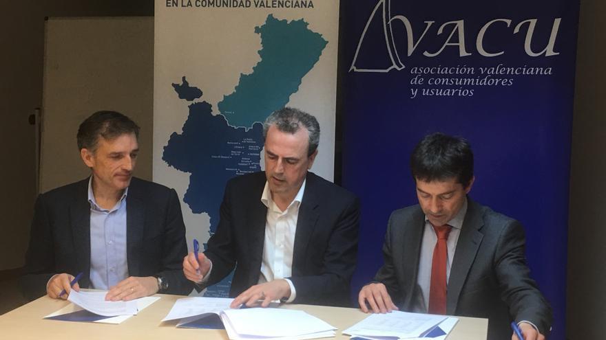 Firma del convenio entre Hidraqua y Avacu.