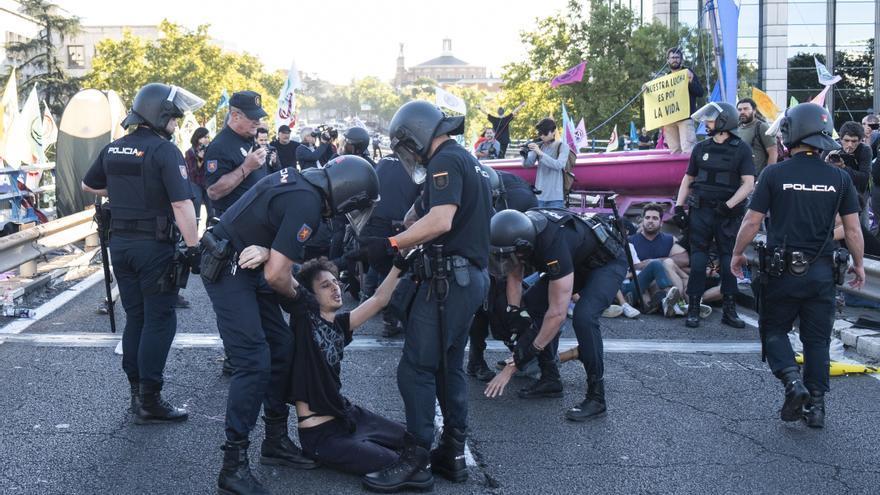 Agentes llevándose a uno de los manifestantes en el puente de Raimundo Fernández Villaverde.