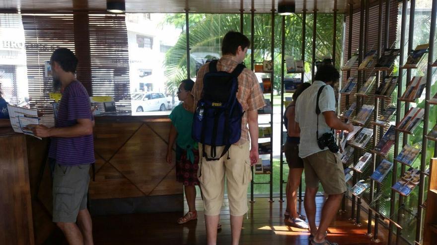 En la imagen, varios turistas en la Oficina de Infomación 'La Casita de Cristal'.