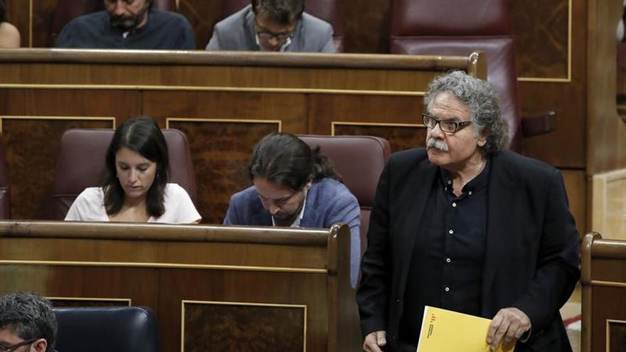 El portavoz de ERC, Joan Tardá, se dirige a la tribuna de oradores del Congreso.