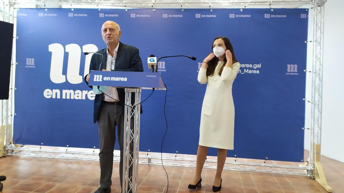 Los portavoces de En Marea, Pancho Casal y María Chao, en rueda de prensa