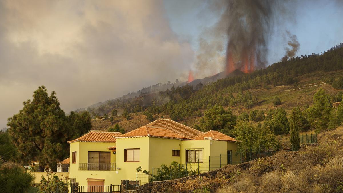 La erupción volcánica en La Palma llega a Los Llanos de Aridane y ya ha  afectado a un centenar de viviendas