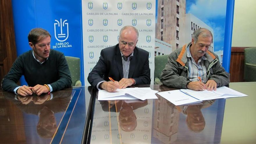 En la imagen, de izquierda a derecha, Mariano Hernández, Carlos Cabrera y Luis Vicente Martín de Paz en la firma del convenio Cabildo-Ader.