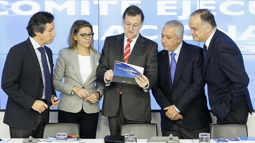 Carlos Floriano, María Dolores de Cospedal, Javier Arenas y Esteban González Pons rodean a Mariano Rajoy