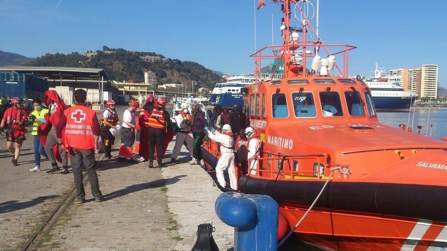Trasladan al hospital a cuatro de los 52 ocupantes rescatados de una patera en Málaga