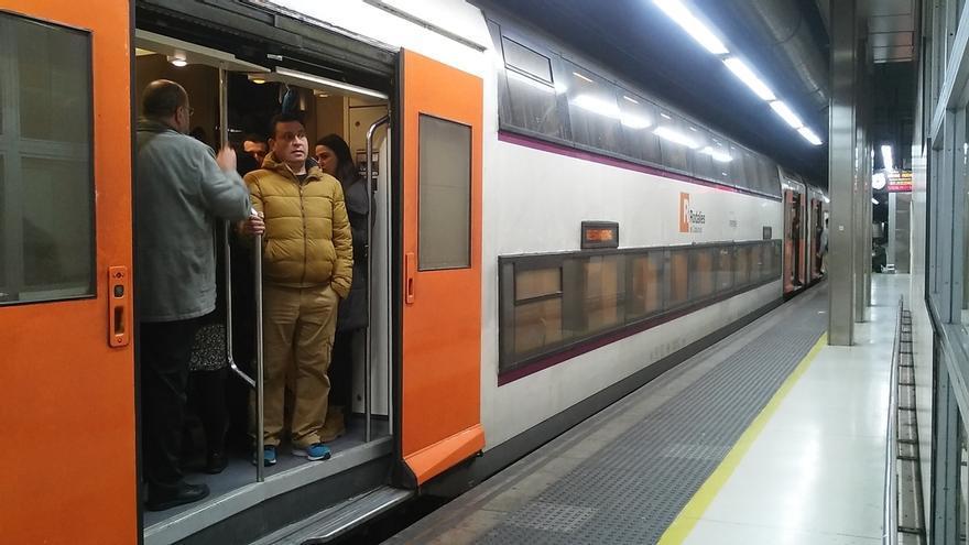 Un tren de Rodalies lleno, circulando en hora punta por la estación de Sants