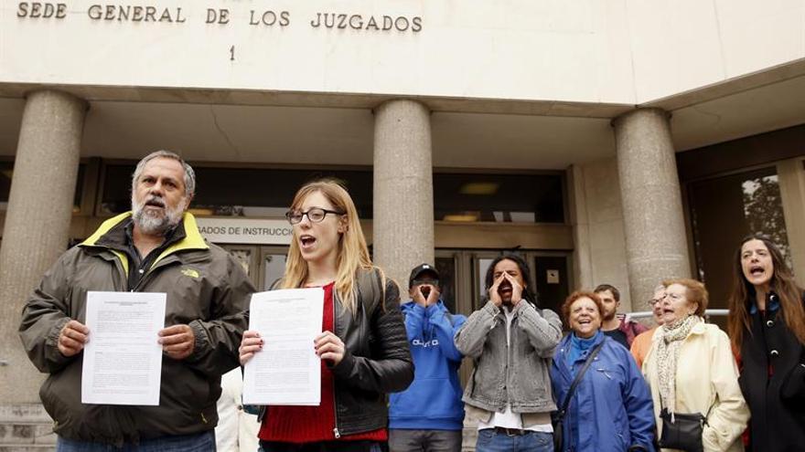 Representantes de la Coordinadora de Barrios y SOS Racismo Madrid apoyadas por la Coordinadora para la Prevención y Denuncia de la tortura, han presentado hoy una denuncia en los Juzgados de Plaza de Castilla, en relación con el CIE de Aluche. EFE