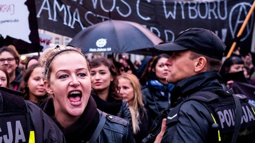 Policías heridos y detenidos en disturbios tras una protesta pro aborto en Polonia