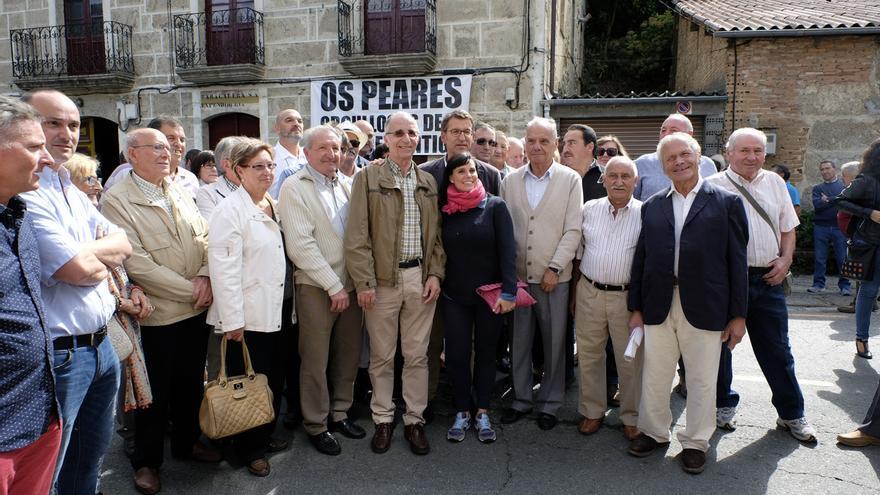 Feijóo con vecinos en Os Peares en la campaña de las autonómicas de 2016, imagen que preside la cuenta de Twitter del presidente gallego