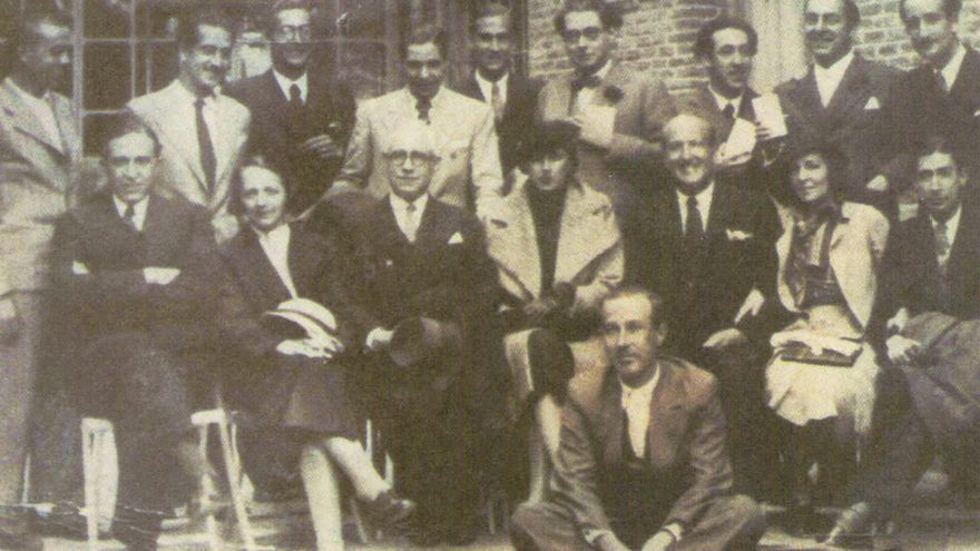 Miguel Hernández (arriba a la izquierda) junto a otros poetas como Neruda, Pedro Salinas o Gerardo Diego en el homenaje a Aleixandre