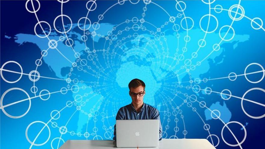 La redes sociales se han convertido en herramientas propagandísticas que alimentan la posverdad. (CA)