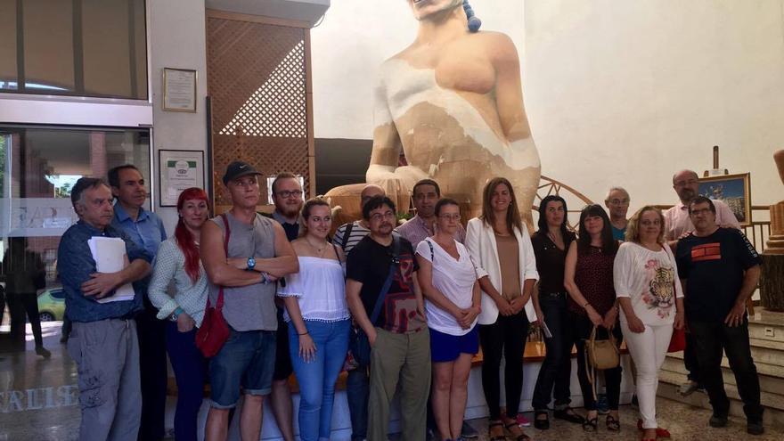 Sandra Gómez (al centro) con los artistas falleros que darán los cursos.