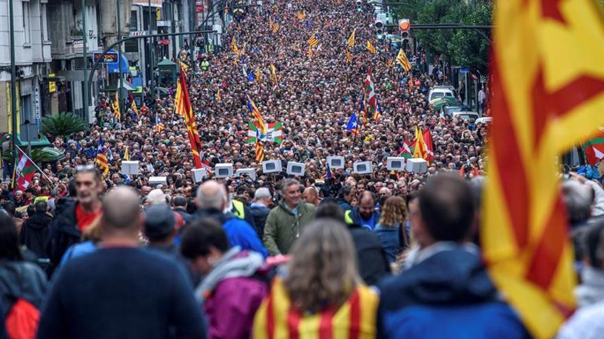 Miles de manifestantes respaldan el referéndum junto al PNV, Bildu y Podemos
