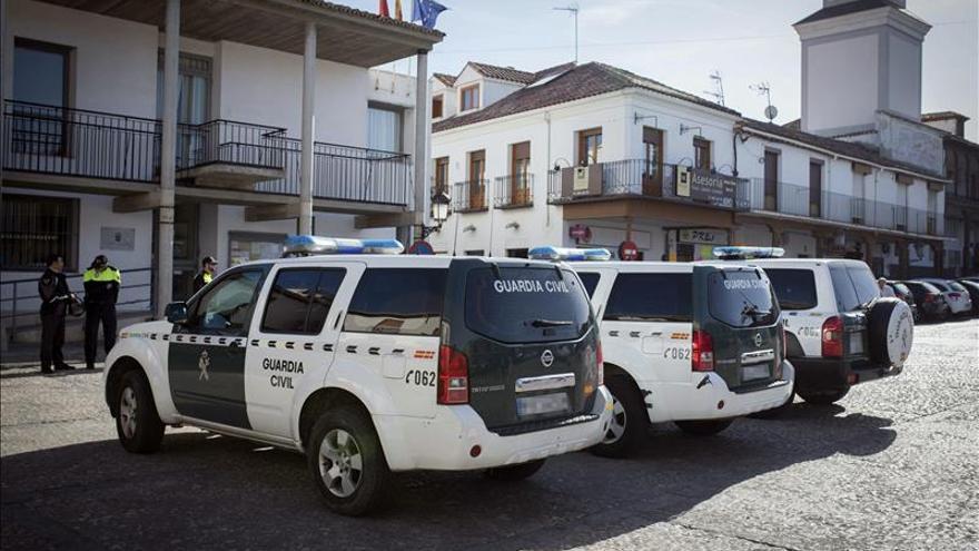 Vecinos protestan contra la corrupción ante el Ayuntamiento de Valdemoro