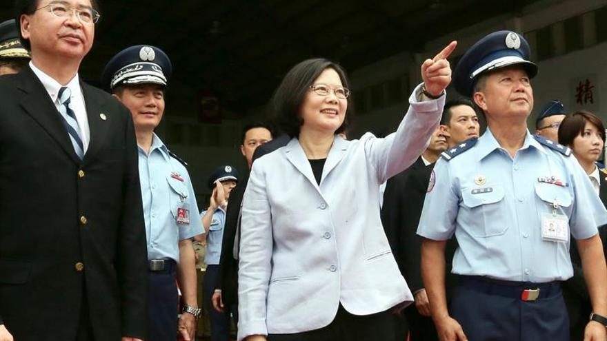"""La presidenta taiwanesa insta a militares a """"defender la democracia"""" ante China"""
