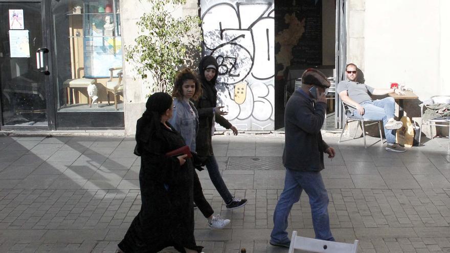 Vecinas visitan a los comerciantes para que no vendan cola a los jóvenes