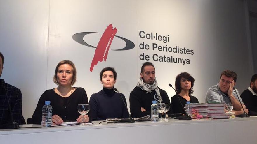 De izquierda a derecha, Laia Serra (comisión de defensa), Silvia Villulla (compañera de Patricia Heras), Rodrigo Lanza (condenado por el caso 4F), Mariana Huidobro (madre de Rodrigo) y Xapo Ortega (codirector del documental).
