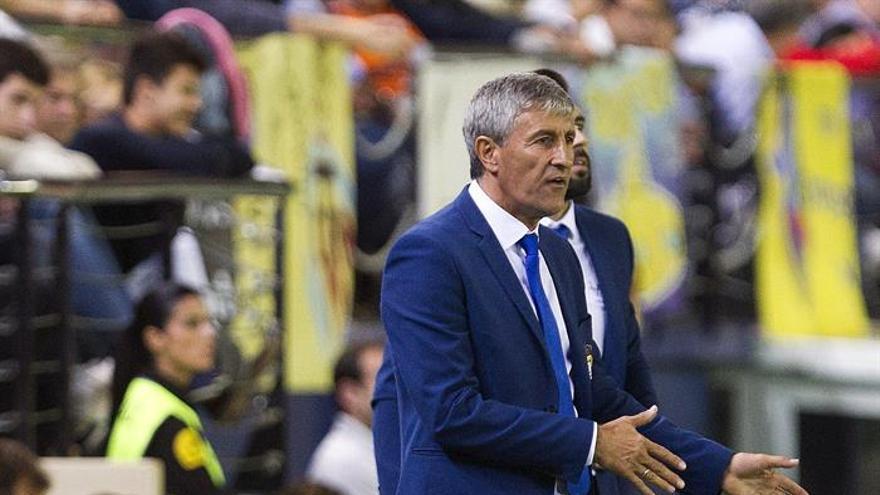 El entrenador de la UD Las Palmas, Quique Setién, durante el partido de la novena jornada de Liga en Primera División ante el Villarreal disputado en el estadio de El Madrigal. EFE/Miguel Ángel Polo