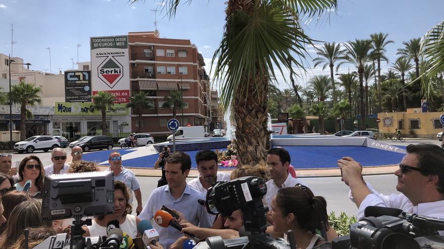 El presidente del Partido Popular, Pablo Casado, atiende a los medios durante su visita a Santa Pola