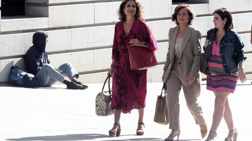 El equipo negociador del PSOE formado María Jesús Montero, Carmen Calvo y Adriana Lastra dirección a su segunda reunión con Unidas Podemos para sacar adelante la investidura